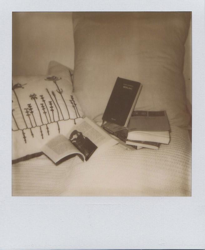 Libri sul letto, 2010. Scattata con la mia vecchia Polaroid 635cl e la cartuccia Impossible px600ss in fase di sperimentazione