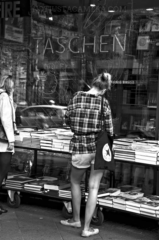Ragazza alla libreria Taschen